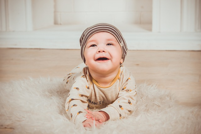 malé dítě na koberečku
