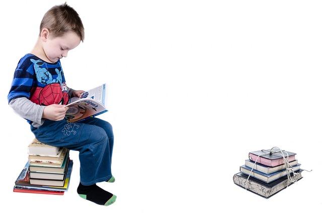 chlapec na knihách