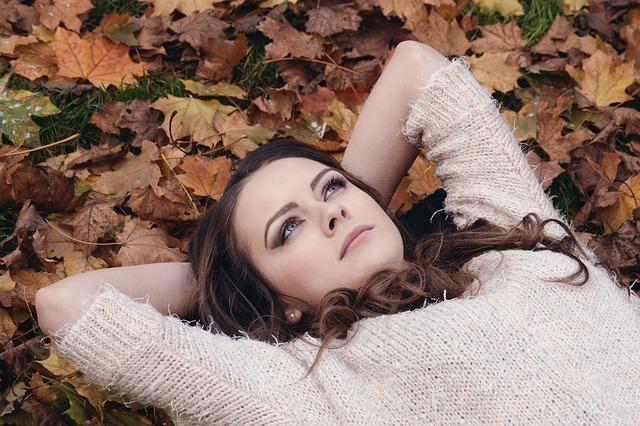 žena v podzimním listí